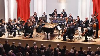 Der Pianist Alexander Melnikov (Bildmitte) spielt mit dem Gesicht zum Publikum hin. Die Tastatur und die Hände des russischstämmigen Musikers waren nicht zu sehen.