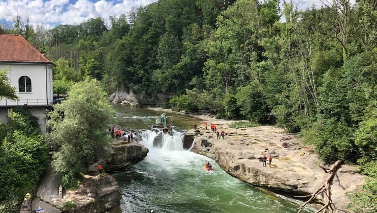 Ein Bagger versuchte, den Wasserdruck auf den Wasserfall zu entschärfen.