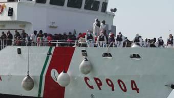 Gerettete Flüchtlinge auf einem Boot der Küstenwache (Archiv)