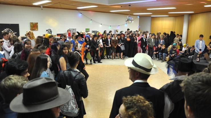Der SchülerInnenrat der Bezirksschule Endigen eröffnet das Fest. Ein riesiger Applaus der Anwesenden würdigte die grosse Arbeit.