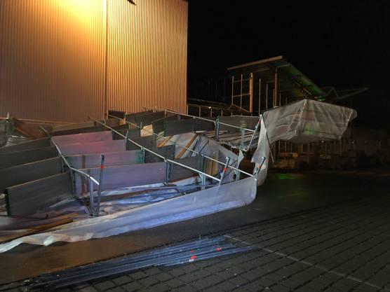 Die Ursache dürften starke Windböen gewesen sein. Verletzt wurde niemand.