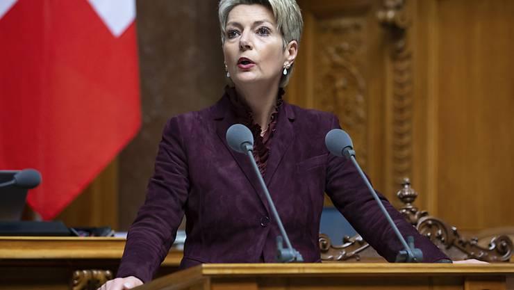 Bundesrätin Karin Keller-Sutter will es der Polizei künftig erlauben, mit detaillierten DNA-Profilen auf Verbrecherjagd zu gehen. (Archivbild)