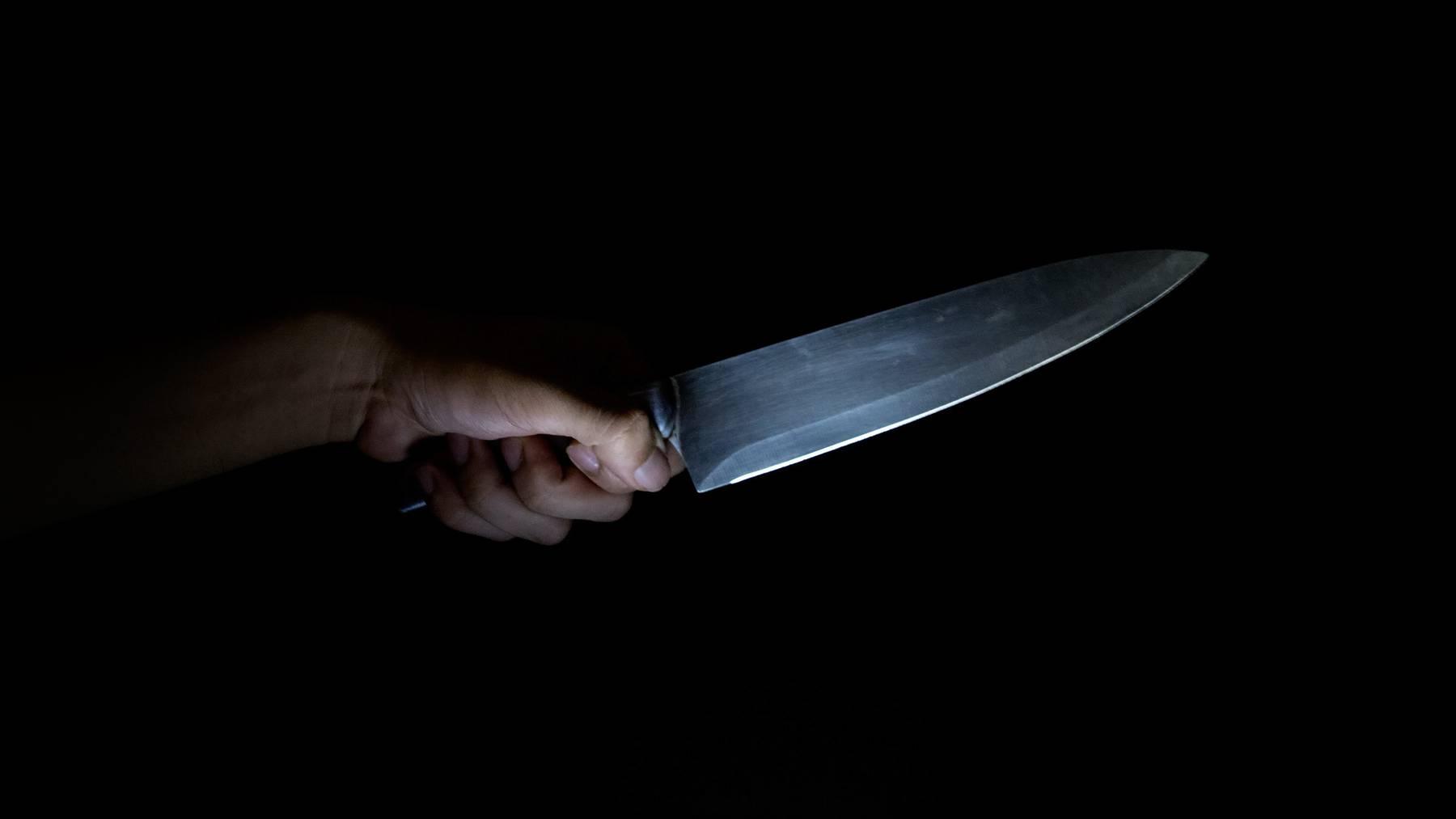 Aus Eifersucht rammte eine junge Frau ihrem Freund ein Küchenmesser in den Rücken. (Symbolbild)