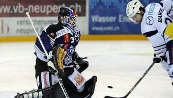Mattia Bianchi beschäftigt EVZ-Goalie Sandro Zurkirchen.