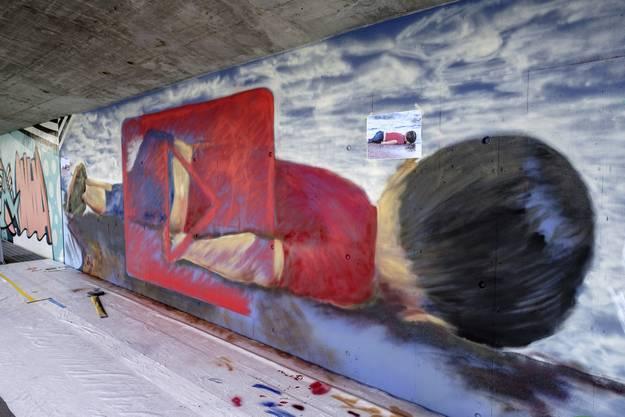 Das Wandbild in Arbeit mit der darauf angebrachten Foto-Vorlage.