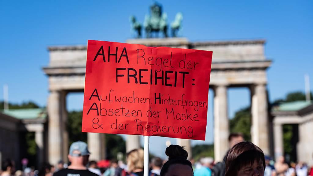 Protest gegen staatliche Bevormundung am Brandenburger Tor in Berlin.
