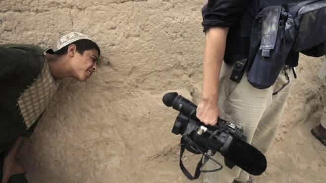 Kritischer Blick: Ein afghanischer Junge und ein Journalist. Foto: Reuters/Bob Strong