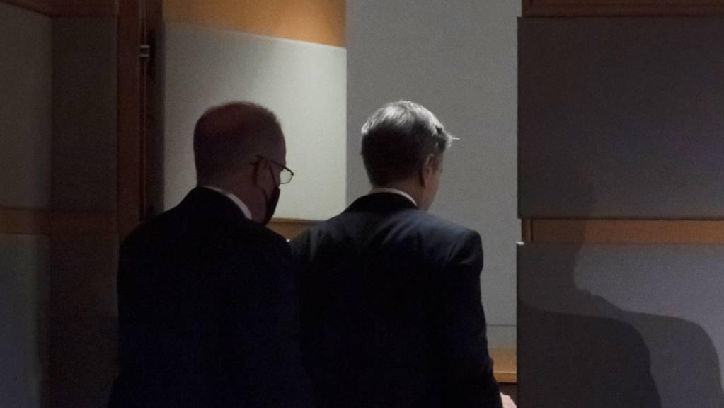 Antony Blinken (rechts), Aussenminister der USA, verlässt den Raum nach einer Pressekonferenz während der er über die aktuelle Lage in Afghanistan informiert hat.