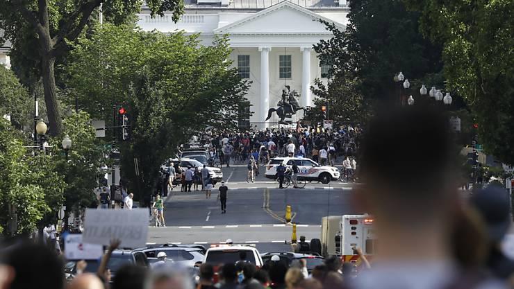 Auch nach Inkrafttreten einer Ausgangssperre haben Demonstranten vor dem Weissen Haus in Washington protestiert - dort wurden unterdessen die Sicherheitsvorkehrungen aufgestockt.
