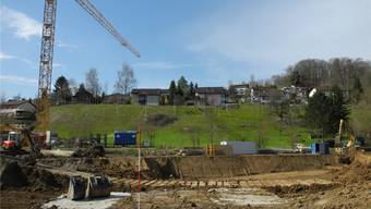 Der Baubeginn für die vier Mehrfamilienhäuser auf dem Areal Hofacher ist erfolgt. Für die sechs Einfamilienhäuser am Hang steht die Bewilligung noch aus. mf