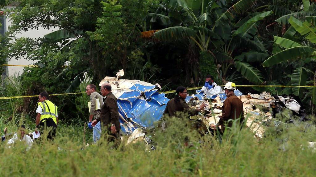 epa06748100 Policemen and soldiers guard the wreckage of the Boeing-737 that crashed shortly after take off at the Jose Marti International Airport in Havana, Cuba, 18 May 2018. Three people survived the plane crash of a Boeing 737 of Cubana de Aviacion with 104 passengers on board that had just taken off heading to the Holguin province at the east of the island.