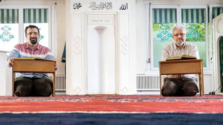 Die Dietiker Moschee ist zurzeit geschlossen. Dabei wäre die Geselligkeit und das Zusammenkommen im Fastenmonat von besonderer Bedeutung, sagen Cihan Gökgöz (links) und Ersin Tan (rechts) von der Islamischen Gemeinschaft Dietikon.