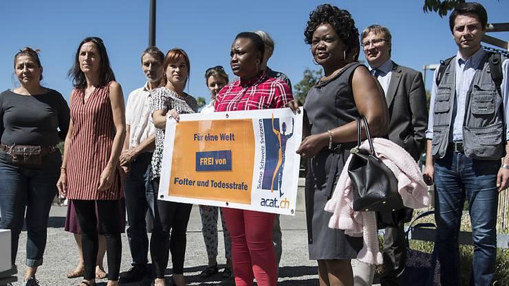 Menschenrechtsaktivistinnen und -aktivisten mit der Petition, die von der Schweiz die Anwendung des Istanbul-Protokolls zum Schutz von Folteropfern fordert. Auch die Baskin Nekane Txapartegi (2.v.l.) war dabei.
