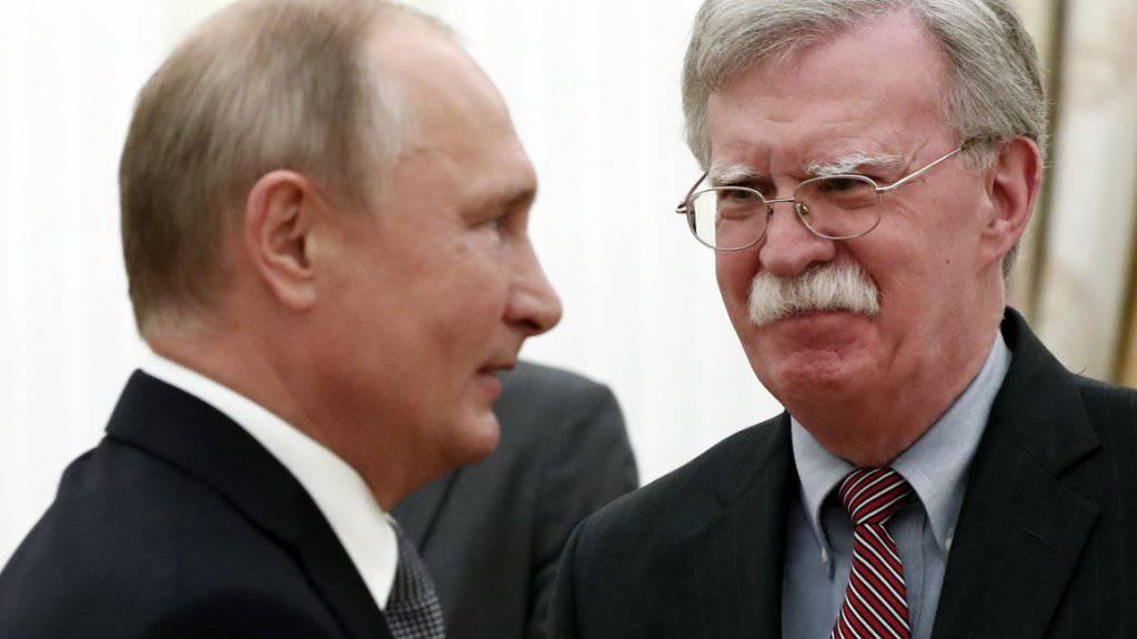 Die Präsidenten Russlands und der USA planen für das nächste Jahr zwei Gipfel, wie US-Sicherheitsberater John Bolton (l.) nach einem Treffen mit Kremlchef Wladimir Putin (r.) ankündigte.