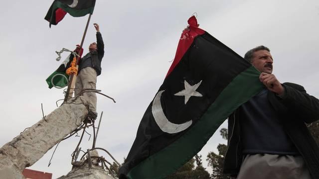 In der libyschen Stadt Nalut hissen Demonstranten die alte Flagge aus der Zeit vor dem Gaddafi-Regime - in Genf wird die Zukunft Libyens diskutiert