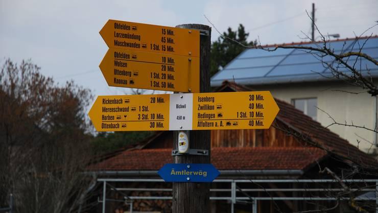 Wegweiser in Bickwil. Die Angaben erlauben eine exakte Orientierung über den Standort und die möglichen Wegverbindungen.