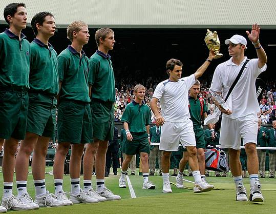 2005: Federer vs. Roddick 6:2, 7:6 (7:2), 6:4 «Ich brauche jetzt erst einmal ein Bier», übt sich Andy Roddick nach der zweiten Final-Niederlage in Galgenhumor. «Roger ist der Beste der Welt und wird immer noch besser.» Auf dem Weg zum Titel gibt Roger Federer nur einen Satz ab und wird der dritte Spieler nach Björn Borg und Pete Sampras, der in Wimbledon drei Mal in Folge gewinnt. «Das ist wahrscheinlich der beste Match, den ich je gezeigt habe», sagt Federer. Am Tag darauf feiern ihn 3000 Basler auf dem Marktplatz.
