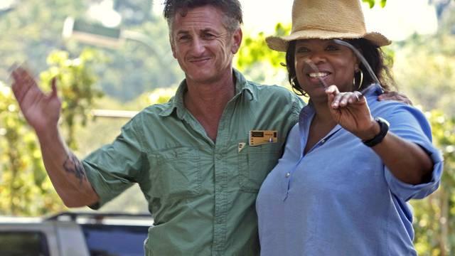 Sean Penn (l.) auf Haiti mit Oprah Winfrey (Archiv)