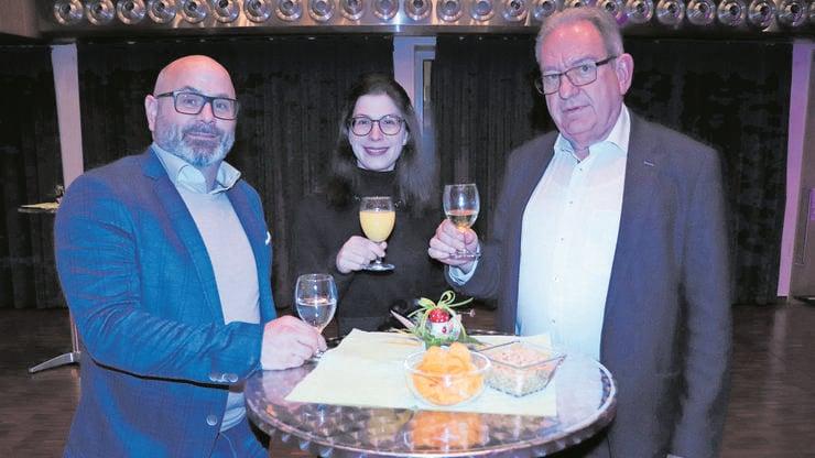 Schulleiter Joachim Redondo, Kreisschulpflegepräsidentin Christina Camadini und Kreisschulratspräsident Peter Lenzin (von links) stossen auf die Kreisschule aargauSüd an.