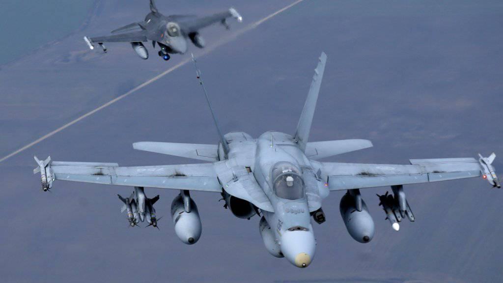 Kanadischer Kampfjet (vorne) bei einem NATO-Einsatz: Kanada hat seinen Kampfeinsatz gegen die IS-Terrormiliz im Irak beendet. Unterstützende Flugzeuge bleiben aber in der Region. (Archivbild)