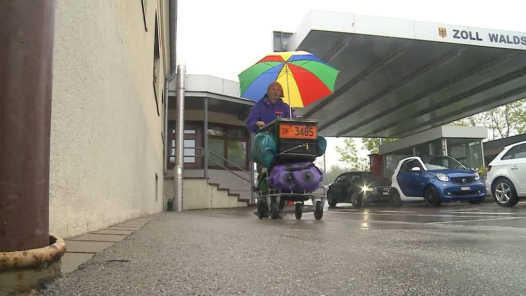 """""""Trolley-Man"""" will mit dem Einkaufswagen nach Moskau"""
