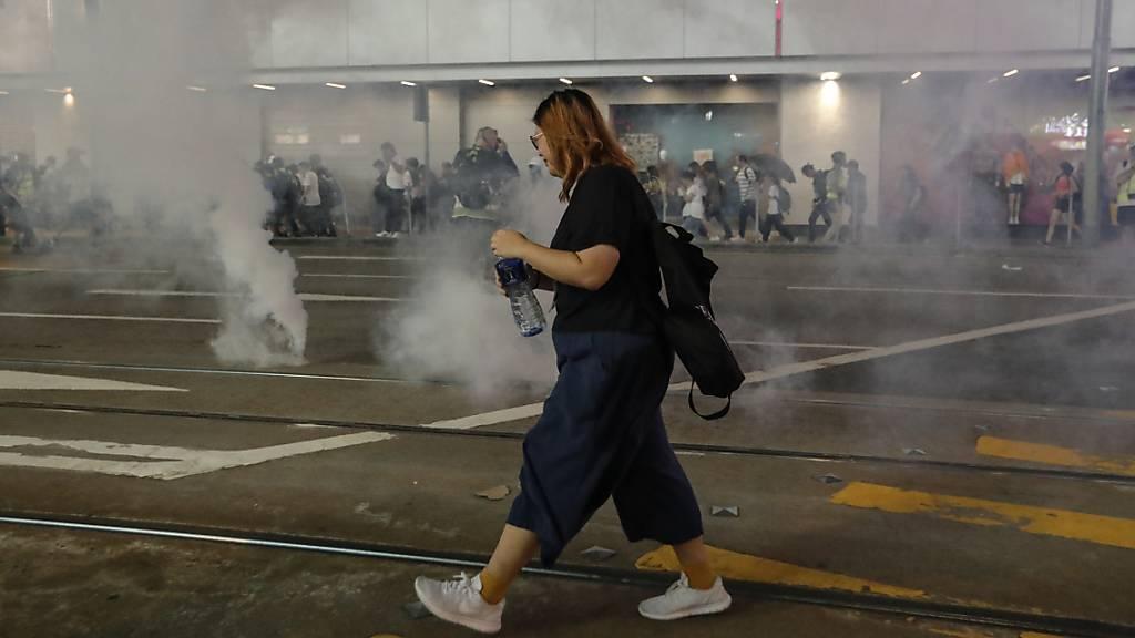 Die Sicherheitskräfte setzten in Hongkong nach einer Grossdemonstration am Sonntag vielerorts Tränengas ein.