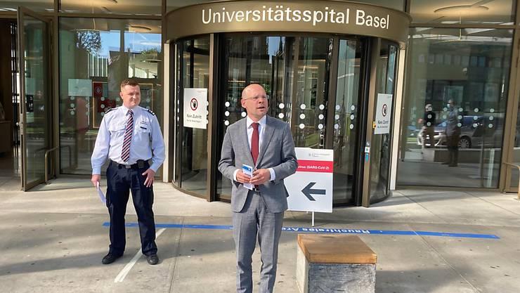 Justiz- und Sicherheitsdirektor Baschi Dürr (FDP) und der Ausbildungsleiter des Basler Zivilschutzes, Marcel Hänggi (links) orientierten am Mittwoch in Basel über den schrittweisen Rückzug des Zivilschutzes bei der Bewältigung der Pandemiemassnahmen.