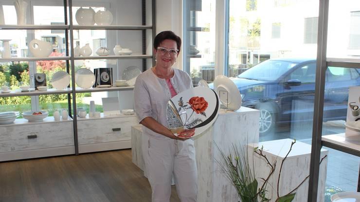 Im neuen Laden zeigt Charlotte Graf eine selbstbemalte Platte.
