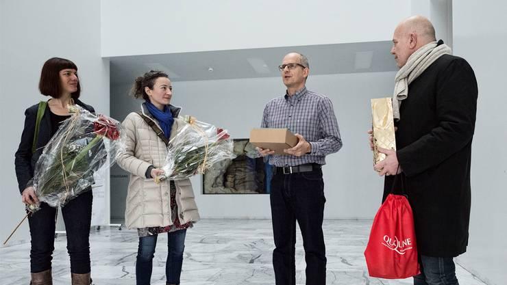Irene Maag (links), Nicole Wehrli und Roger Leu (rechts) überreichenThomas Sauter von der Gemeinde 1099 Unterschriften.