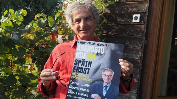 Kaspar Lüscher mit dem Plakat der neuen Produktion. In «Abendstunde im Spätherbst» spielt er den Schnüffler Fürchtegott Hofer.