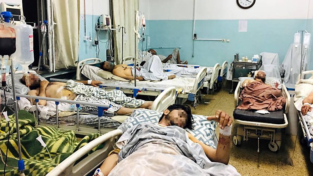 Männer, die bei dem Anschlag in der Nähe des Flughafens von Kabul verletzt wurden, liegen in einem Krankenhaus. Bei dem Anschlag sind nach Angaben der militant-islamistischen Taliban 13 bis 20 Zivilisten getötet worden. Das gehe aus Berichten der Krankenhäuser hervor, so ein Sprecher der Islamisten. Foto: Mohammad Asif Khan/AP/dpa
