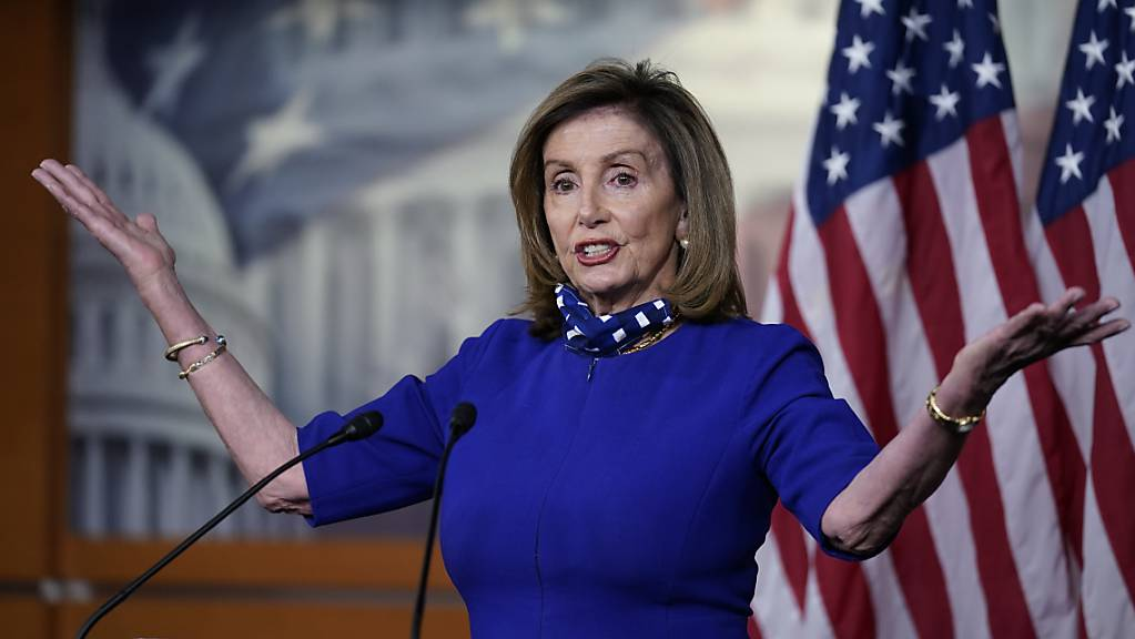 Nancy Pelosi, die Sprecherin des Repräsentantenhauses, spricht während einer Pressekonferenz im Kapitol.