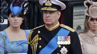 Prinz Andrew mit seinen beiden Töchtern Eugenie (links) und Beatrice. (Archivbild)