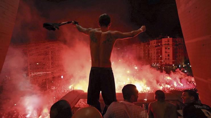 Wie verantwortungslos können Menschen sein? In Paris feiert am letzten Mittwoch die Masse nach dem «Champions-League-Geisterspiel» PSG – Dortmund vor dem Stadion.