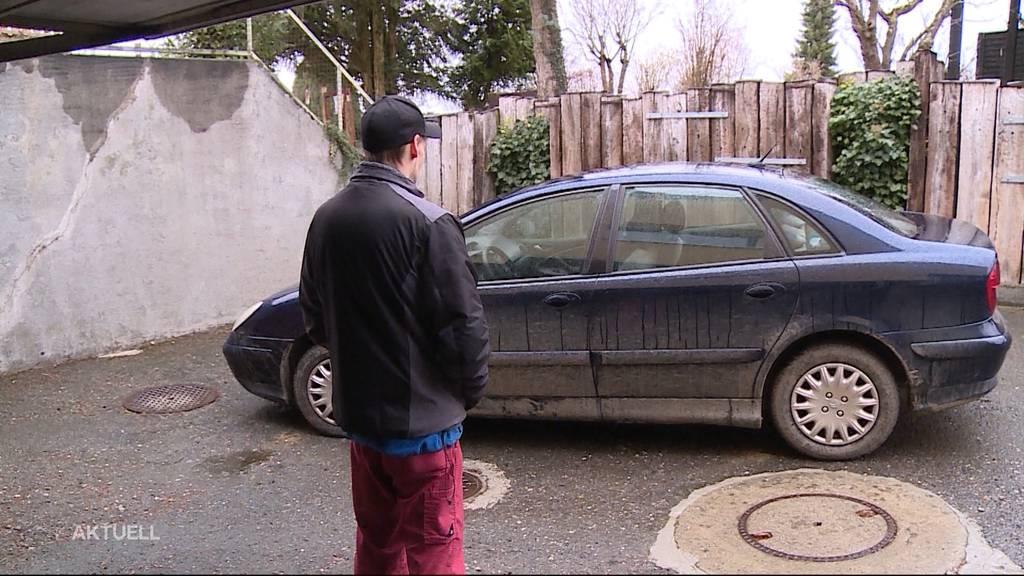 Dubioses Auto auf Privatparkplatz