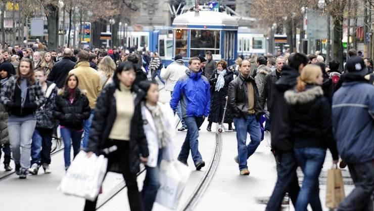Einkaufswillige unterwegs beim weihnachtlichen Sonntagsverkauf an der Zürcher Bahnhofstrasse. Die Kirchenverbände rufen dazu auf, dass die Geschäfte dieses Jahr an Heiligabend geschlossen bleiben. (Archivbild)
