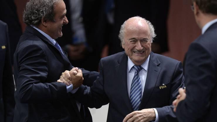 Uefa-Präsident Michel Platini gratuliert Sepp Blatter. Den scheint's nicht sonderlich zu interessieren.