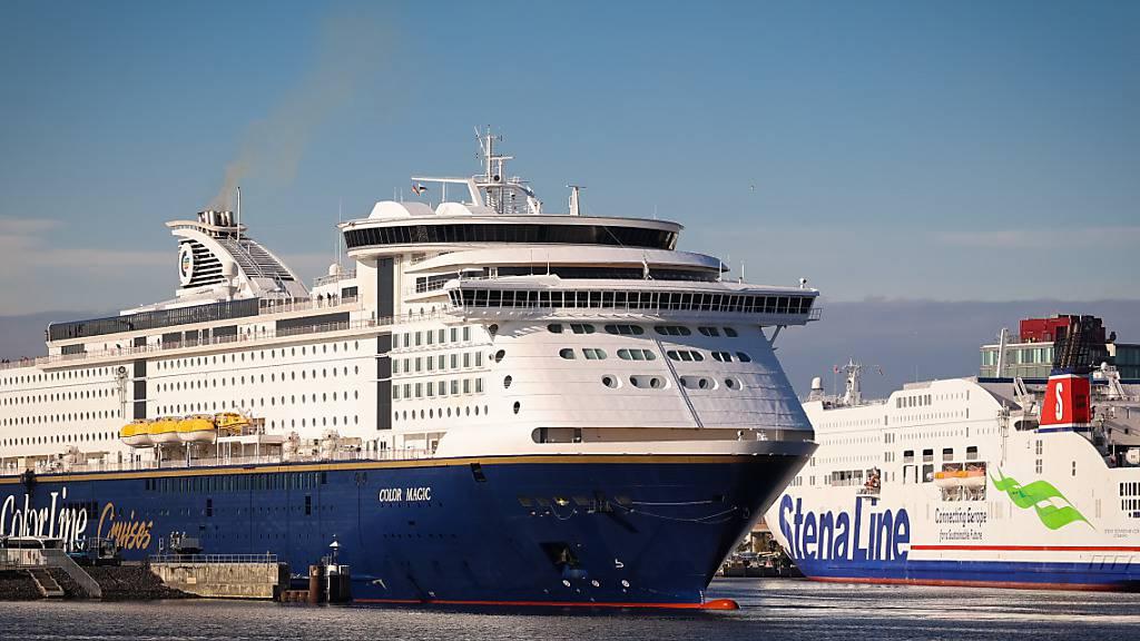 ARCHIV - Die Norwegen-Fähre Color Magic (l) der Reederei Color Line Cruises macht am Color Line Terminal fest, während die Stena Scandinavica der schwedischen Stena Line Reederei am Schwedenkai Terminal liegt. Foto: Christian Charisius/dpa