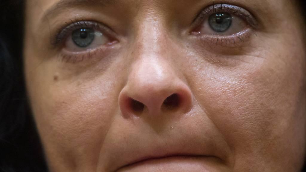 ARCHIV - Beate Zschäpe (Bild) ist in Deutschland rechtskräftig als Mittäterin der Neonazi-Terrorzelle «Nationalsozialistischer Untergrund» (NSU) verurteilt. Das Karlsruher Gericht verwarf Zschäpes Revision mit schriftlichem Beschluss. Foto: Peter Kneffel/dpa-Pool/dpa