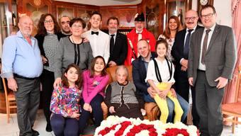 Felicina Lo Presti (Mitte) im Kreise ihrer Familie beim Besuch von Landammann Roland Heim (2. Reihe Mitte) und Gemeindepräsident Kurt Henzmann (2. v.r.).