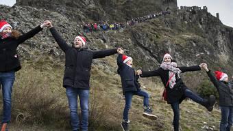 Am Sonntagnachmittag versammelten sich Menschen oberhalb von Sitten, um für die Kandidatur der Stadt für die Olympischen Winterspiele zu werben.