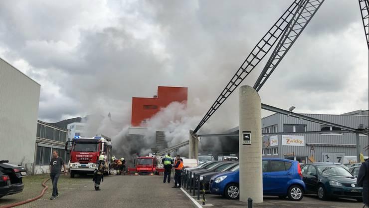 In einer Geschäftsliegenschaft in Aesch kam es heute Nachmittag kurz vor 13 Uhr zu einem Brandausbruch.