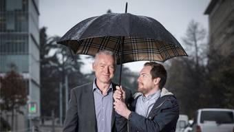 Diplomat Ivo Kaufmann (links) und Journalist Moritz Kaufmann stehen im Genfer Regen.