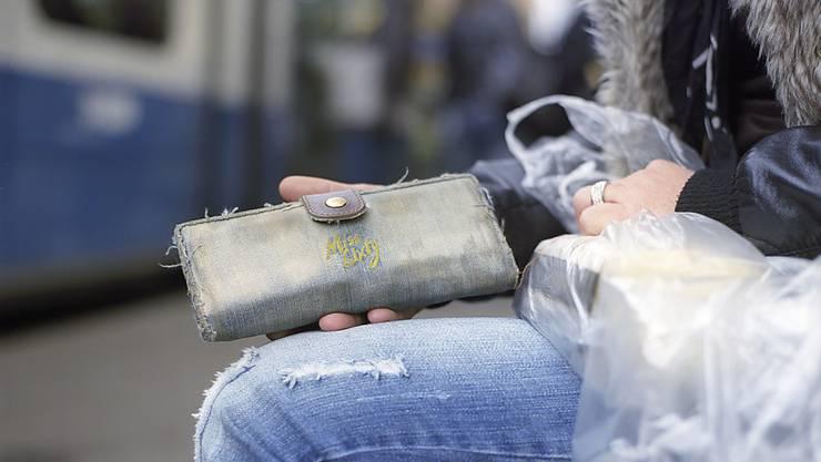 Bei Alleinerziehenden reicht das Geld häufig nicht für das Notwendigste. Sie müssen in Armut leben. (Symbolbild)
