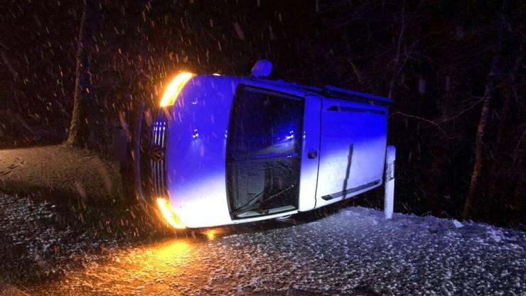 Schnottwil SO, 24. Januar: Im Bereich einer Linkskurve verursacht eine Frau in angetrunkenem Zustand einen Selbstunfall. Lenkerin und Mitfahrer wurden leicht verletzt