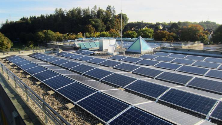Auf der Solarenergie ruhen grosse Zukunftshoffnungen. Im Bild eine Anlage auf dem Dach des SchulhausesBachmatten in Muri.