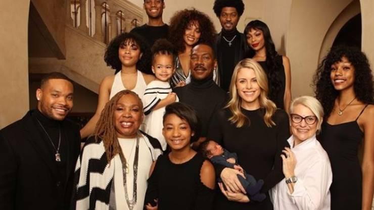 US-Schauspieler Eddie Murphy (Mitte) posiert mit seiner Mutter, seiner künftigen Schwiegermutter, seiner Verlobten Paige Butcher und seinen zehn Kindern.