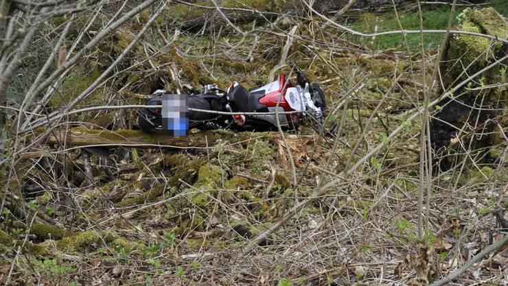 Der Motorradlenker kam in Himmelried von der Strasse ab.