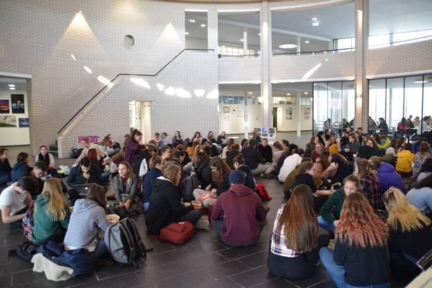 Die Schüler der Kanti Wohlen veranstalteten von 12 - 13 Uhr einen Sitzstreik aus Solidarität zu Greta Thunberg.