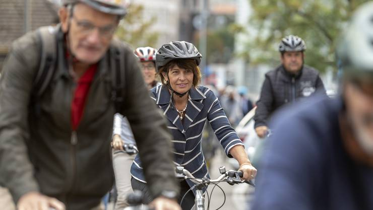 Bundesrätin Doris Leuthard fährt an einem Informationsanlass zum «Bundesbeschluss Velo» auf einem Fahrrad auf der Veloroute 50 in Olten.